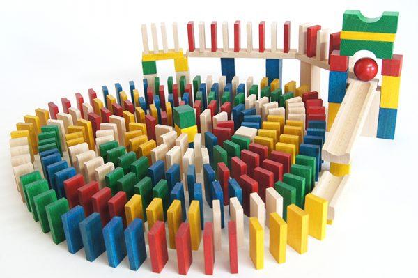 Drevené Domino o počte 400 ks. Tradičné akrobatické Domino s 30 ks nástavcov na dráhu loptičky.