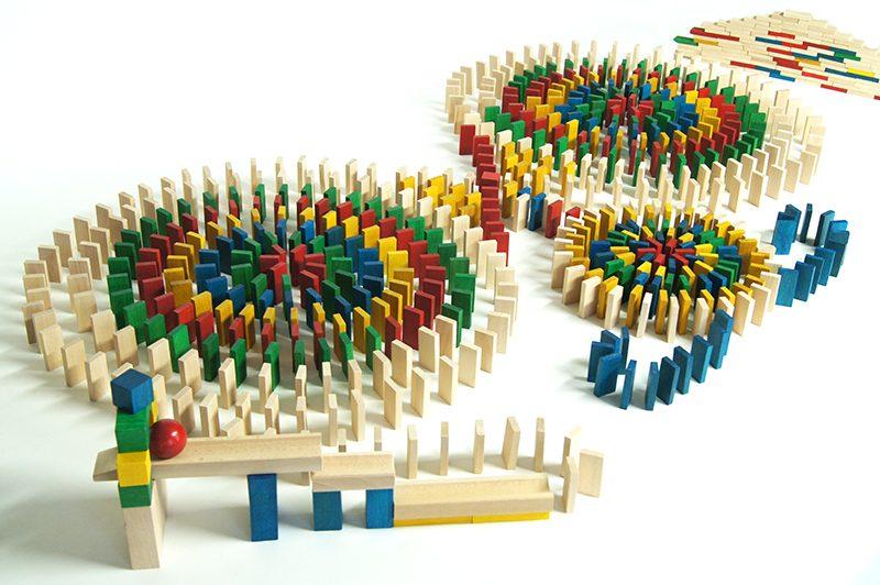 Tradičné akrobatické Domino s 800 ks kociek a 30 ks nástavcov na dráhu loptičky.